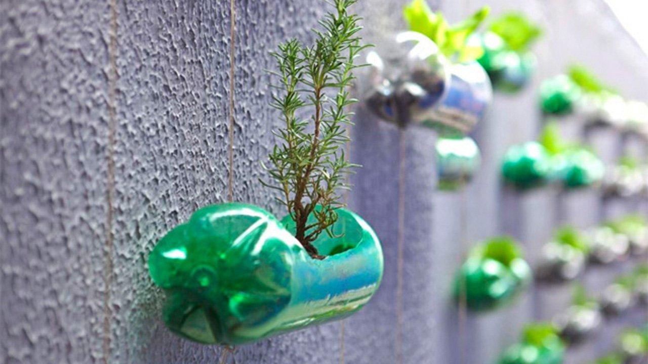 riciclo creativo plastica in terrazza