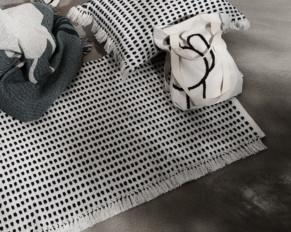 oggetti riciclati tappeto con le bottiglie